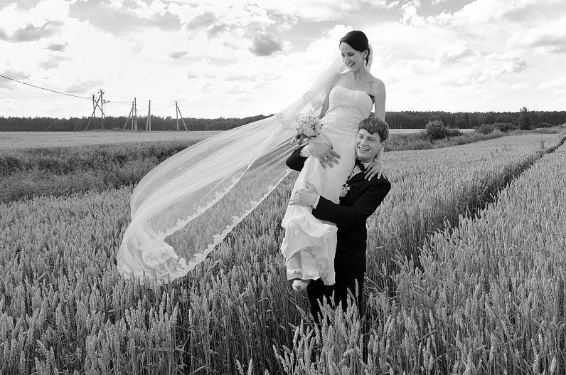 vestuvių fotosesija laukuose