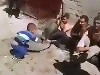 Niño Golpeando Prisioneros