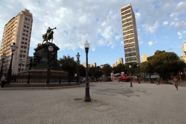 A Praça Tiradentes: periga D. Pedro I descer do cavalo e cair na folia no Rio Marchinhas