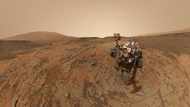 NASA's robotic rover Curiosity at Mount Sharp on Mars (© NASA/JPL-Caltech/MSSS)