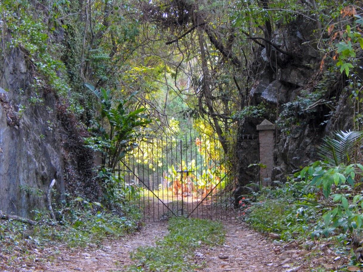 Portão para a luz em caminho cavado na pedra.