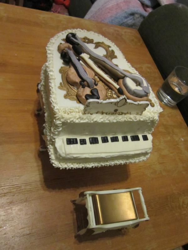 Fondant Cake Board Ideas : Missy s Homemaking Adventures: Piano Cake