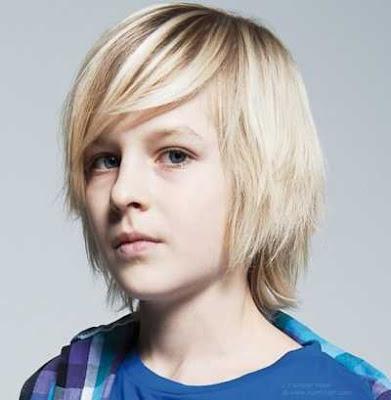 gaya rambut panjang anak laki-laki berponi panjang dan lurus 2011478
