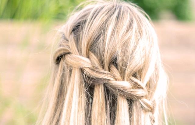 Se trata de una trenza que se hace en un lateral de la cabeza en horizontal. Me parecen ideales para novias que tengan el pelo muy largo.