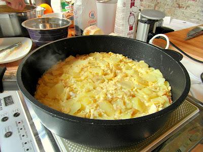 wierzch zalanej jajkami tortilli trzeba wyrównać szpatułką i przykryć pokrywką