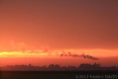 silhouettes fumée campagne pylône contre-jour contraste lever soleil Seine-et-Marne