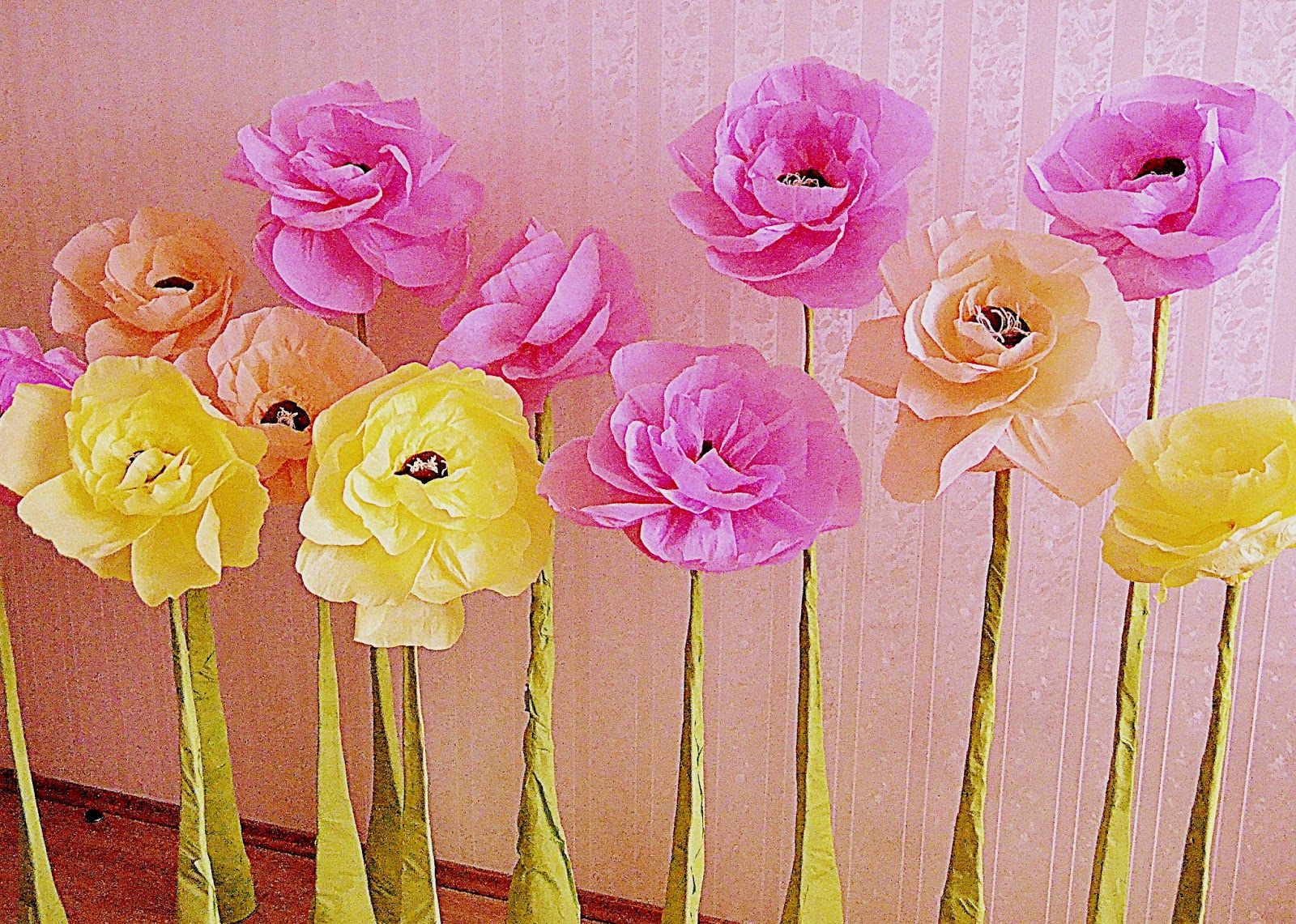 Огромные цветы из гофрированной бумаги на ножке своими руками 13