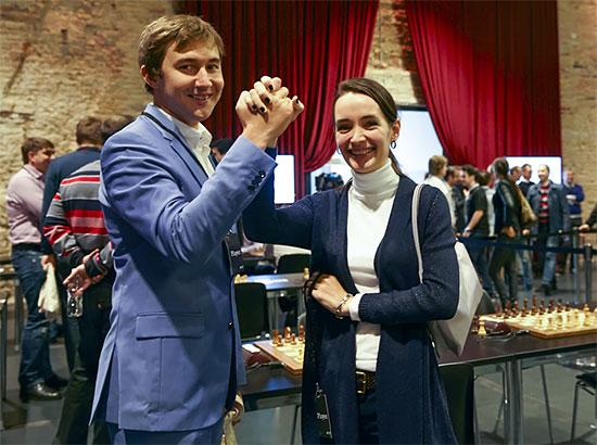 Le leader du jour Sergey Karjakin  a dominé ses adversaires en marquant 4.5 points sur 5 est félicité par son amie de longue date, Kateryna Lahno - Photo © site officiel