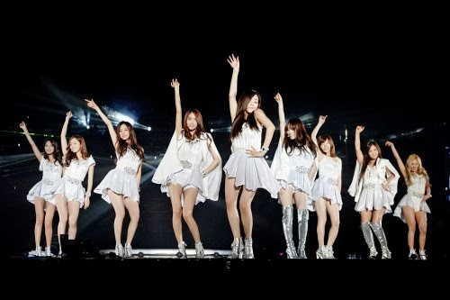 "Para gadis ini juga mempersiapkan penampilan yang baru dan berbeda untuk para fans. Sebagai contoh, Tiffany berduet dengan Onew SHINee membawakan lagu klasik Disney, ""A Whole New World"". Taeyeon yang mengenakan gaun berwarna merah, menyanyikan lagu ""My Grown Up Christmas List"". Seohyun bermain gitar dan menampilkan lagu ""Kiss Me"" versi akustik. Member lain membawakan lagu K-Pop populer untuk para fans. Tiffany dan Yuri menyanyikan lagu ""Ma Boy"" milik SISTAR19, Sunny membawakan lagu Ga In ""Blossom"", Sooyoung menampilkan ""24 Hours"" milik Sunmi, dan Jessica membawakan ""Miss Korea"" milik Lee Hyori."