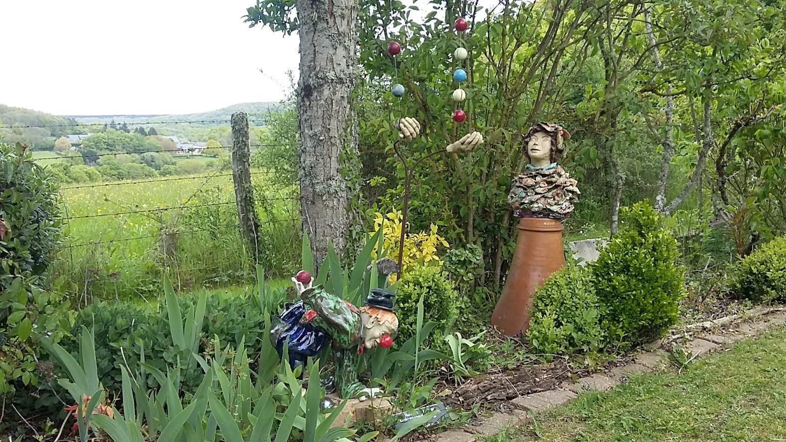 Clown de Hubert Gasnier ajouté près du jongleur et du buste qui le regarde