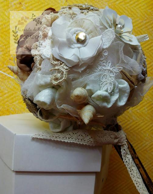 ramo artesanal para novia con guipur, conchas marinas, estrellas de mar, tul, tejidos y broches