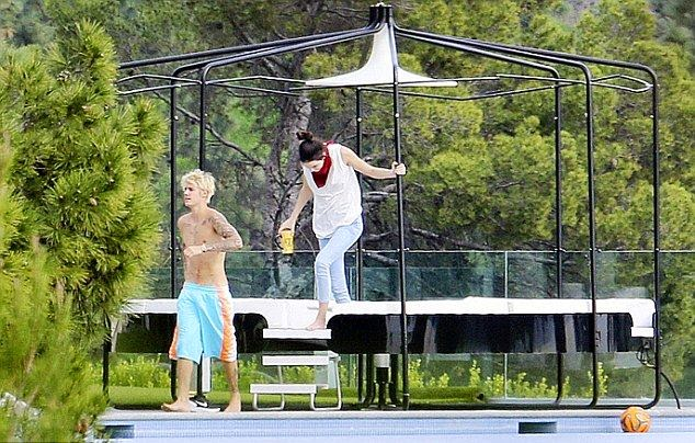 You seriously won't believe if Kendall Jenner has a private relation with Justin Bieber, cause she is a bossom friend of the ex-Selena Gomez.  But source of images are unsure as to how romantic they're diagram of connection as Kendal and Justin were snapped to relaxing at His house in Los Angeles on Sunday, January 18, 2015.