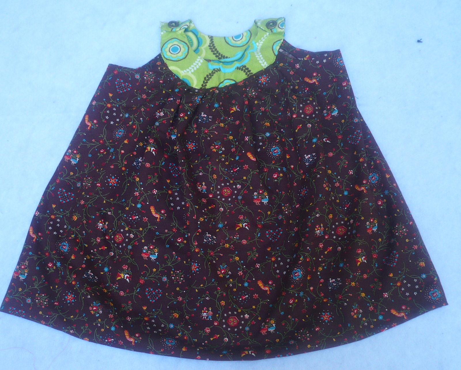 Dress for girl with a round yoke