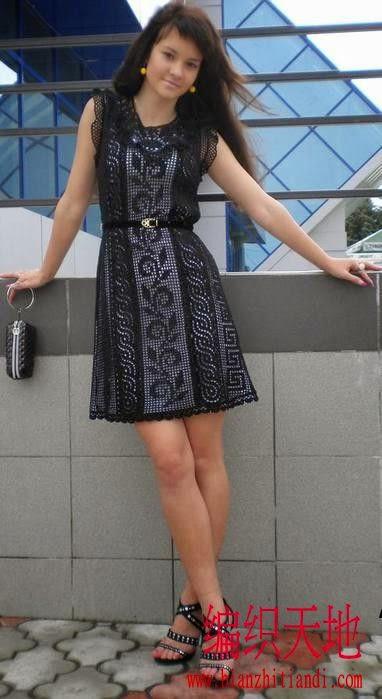 Vestido negro que combina puntos y guardas