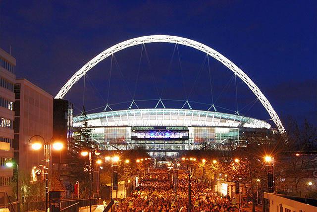 Wembley_Stadium,_illuminated.jpg