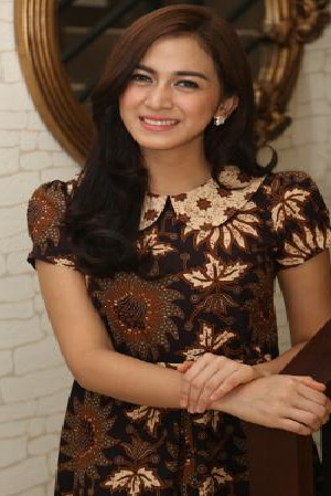 Nina Zatulini Model Baju Batik