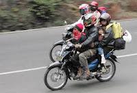 penunggang motor dan isinya