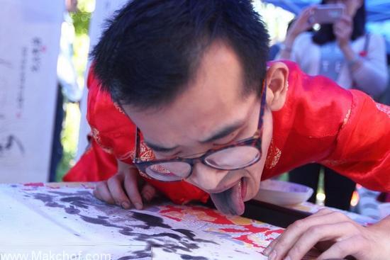 فنان صيني يبدع طعم الرسم باستخدام لسانه