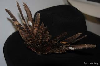 fedora-negro-plumas-asun-duran-sombrero