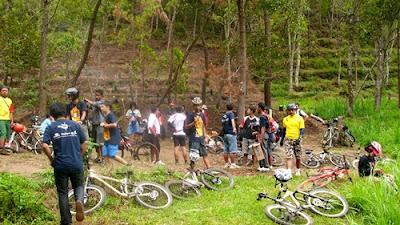 Sekitar pukul 12.30, peserta makan siang di tengah hutan. Menunya lumayan lah. Hehe.