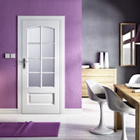 Drzwi PolSkone wewnętrzne białe przeszklone Modern fioletowe ściany we wnętrzu
