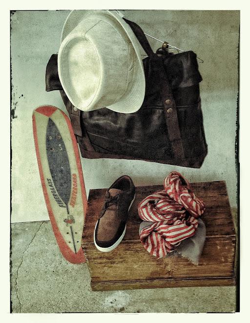 Cartable en cuir vintage choco/noir, trilby stetson, foulard mii gris et rouge et sneakers pointer