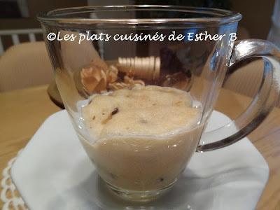 Biscuit aux pépites de chocolat dans une tasse