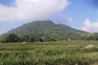 Foto Gunung Bungkuk dari Desa Mategal