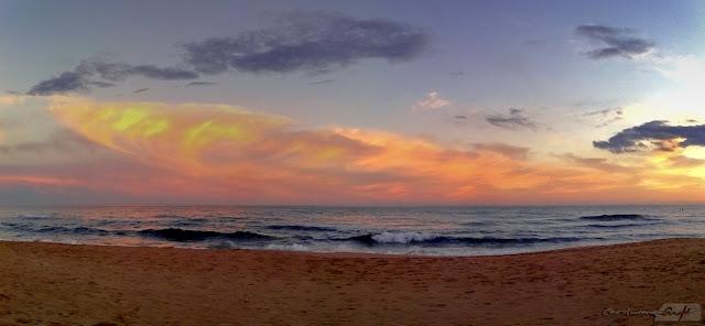 playa de Roda de Barà olas y cielo