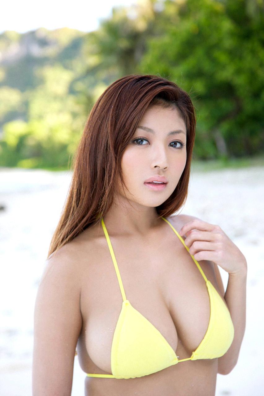 kana tsugihara sexy boob cleavage 02