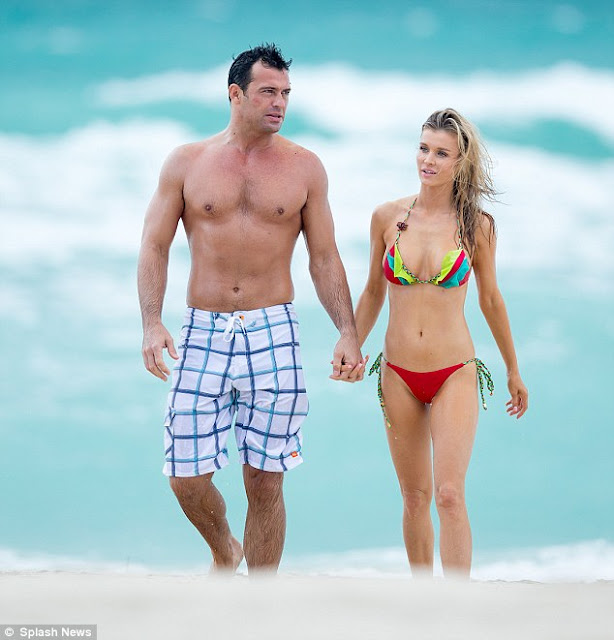 Joanna Krupa and Roman Zago on the beach holding hands