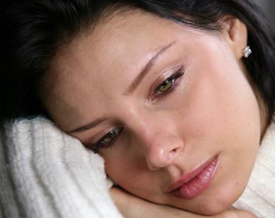 المرأة العازبة اكثر عرضة للاصابة بسرطان عنق الرحم - امرأة بنت فتاة جميلة حزينة تبكى - sad beautiful woman girl crying
