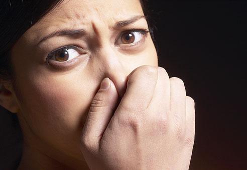رائحة الفم .. حاجز الثقة  Bad-breath-2