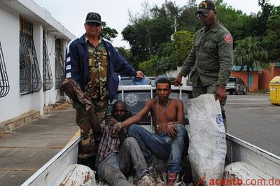 """Policía Municipal usa ropa de """"guardia"""" y logo de campaña de"""