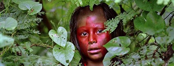 Baraka (film): Kayapó girl.