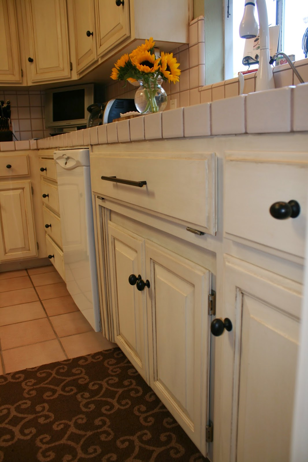 Chalk paint on kitchen cabinets for Chalk paint kitchen cabinets