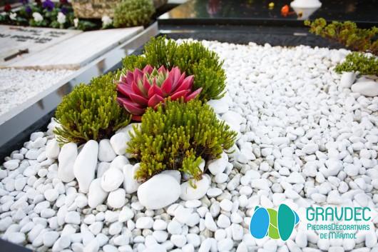 Decorar jardines con piedras de mármol blanco | Gravdec Piedras ...