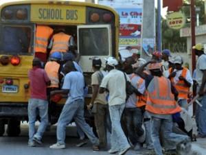 Migración envía a su país a 90 ilegales haitianos
