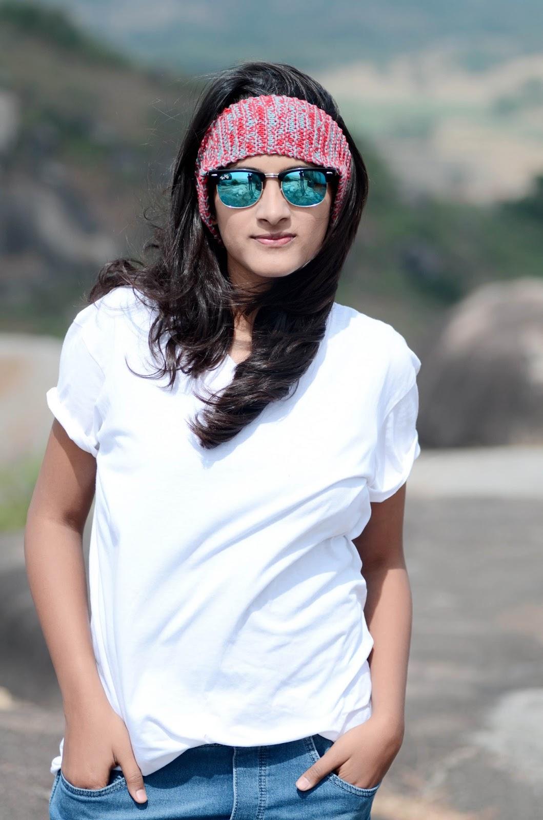 how to style a white tshirt, different styles of tshirt, white tshirt with the skirt, white shirt with blue denim, stylish denim,girl wearing a bandana