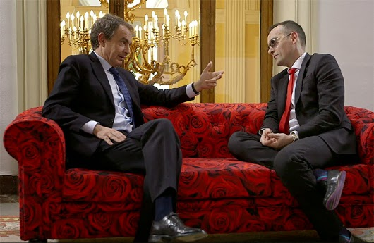 Risto junto a Zapatero en el sofa chester.