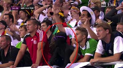 ganzkörper anzug auf der tribüne Deutschland gegen Portugal