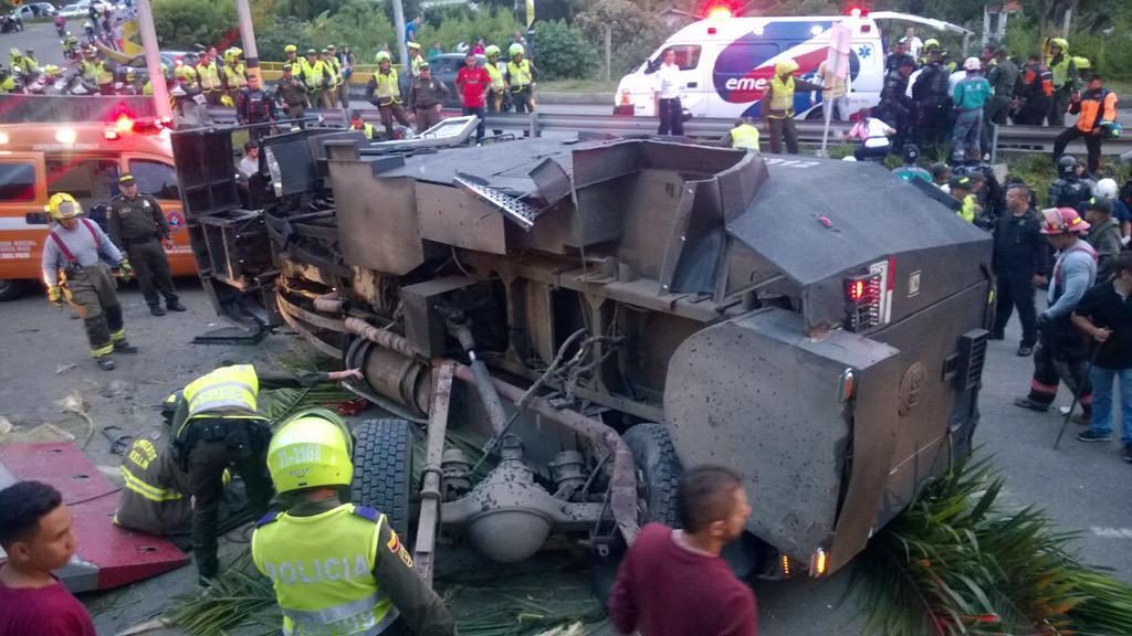 En este estado quedó el blindado de la Policía Nacional de Colombia luego de accidentarse en una vía de Medellín.