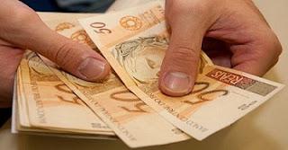 """No final de maio, a presidente Dilma Rousseff havia vetado o aumento do limite de crédito consignado de 30% para 40% da renda do trabalhador. Na ocasião, a presidente argumentou que """"sem a introdução de contrapartidas que ampliassem a proteção ao tomador do empréstimo, a medida proposta poderia acarretar um comprometimento da renda das famílias para além do desejável e de maneira incompatível com os princípios da atividade econômica"""". Quase metade da renda das famílias brasileiras está comprometida com dívidas, segundo dados divulgados recentemente pelo Banco Central. O endividamento das famílias chegou a 46,3% em abril, o maior percentual desde o início da pesquisa, em 2005. A conta considera o total das dívidas das famílias em relação à renda acumulada nos últimos 12 meses."""