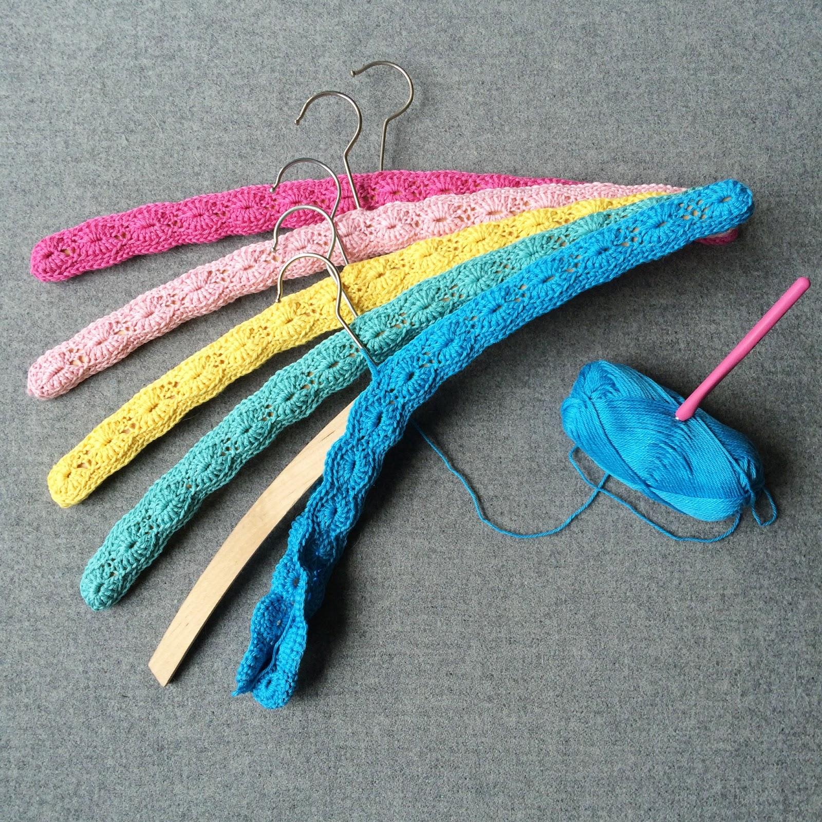 http://herskalvibyggeogbo.blogspot.com/2014/07/hekla-kleshengertrekk-crochet-wooden.html