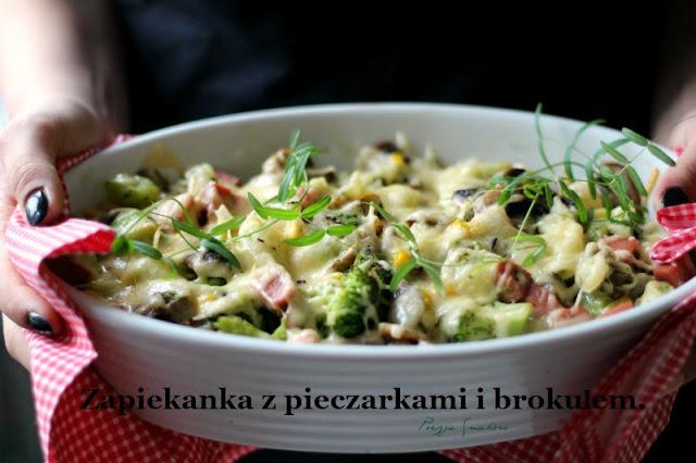 Zapiekanka z brokułami i pieczarkami.