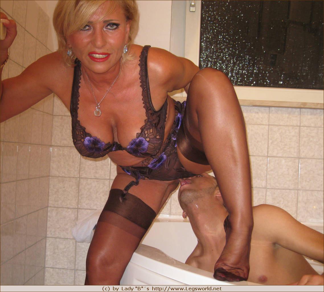 naked white girls sucking pussy
