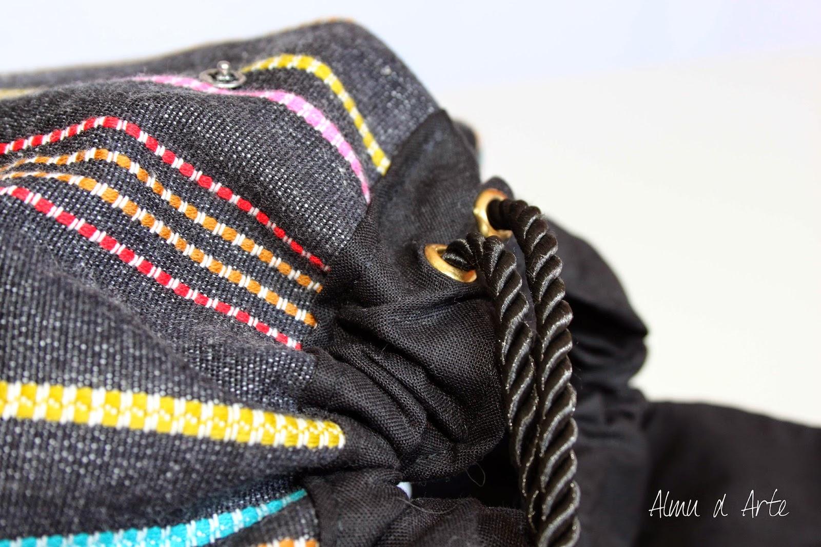 Mochila de tejido étnico y cierre fruncido hecha  a mano