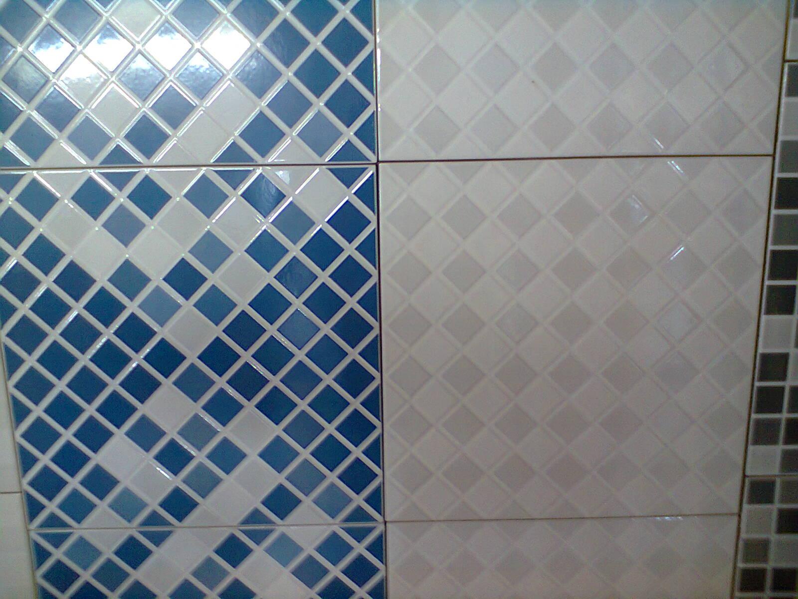 Essa pastilhada azul e branco vai revestir as paredes do banheiro #1C4165 1600x1200 Banheiro Branco Com Rejunte Azul