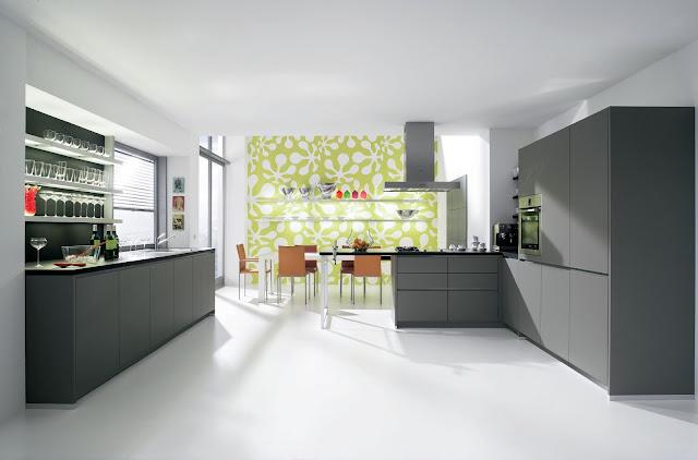 Cuisine design laquée mate gris anthracite avec espace bar et coin repas snack. Cuisine moderne sans poignées.