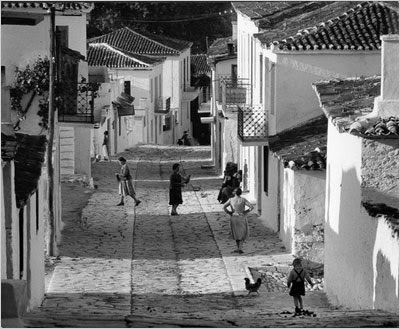 http://www.faciepopuli.com/post/66980473677/wolfgang-suschitzky-street-on-skiathos-greece